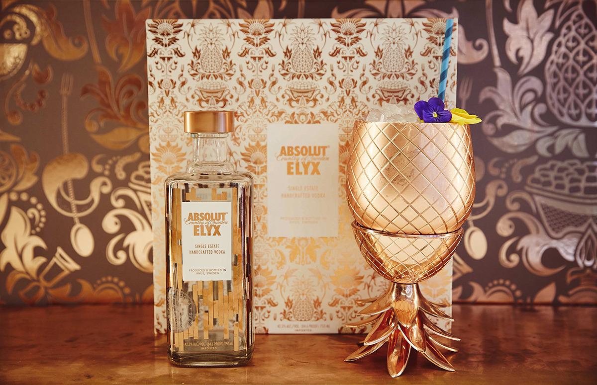 garrafa de vodka absolut elyx e abacaxi de cobre