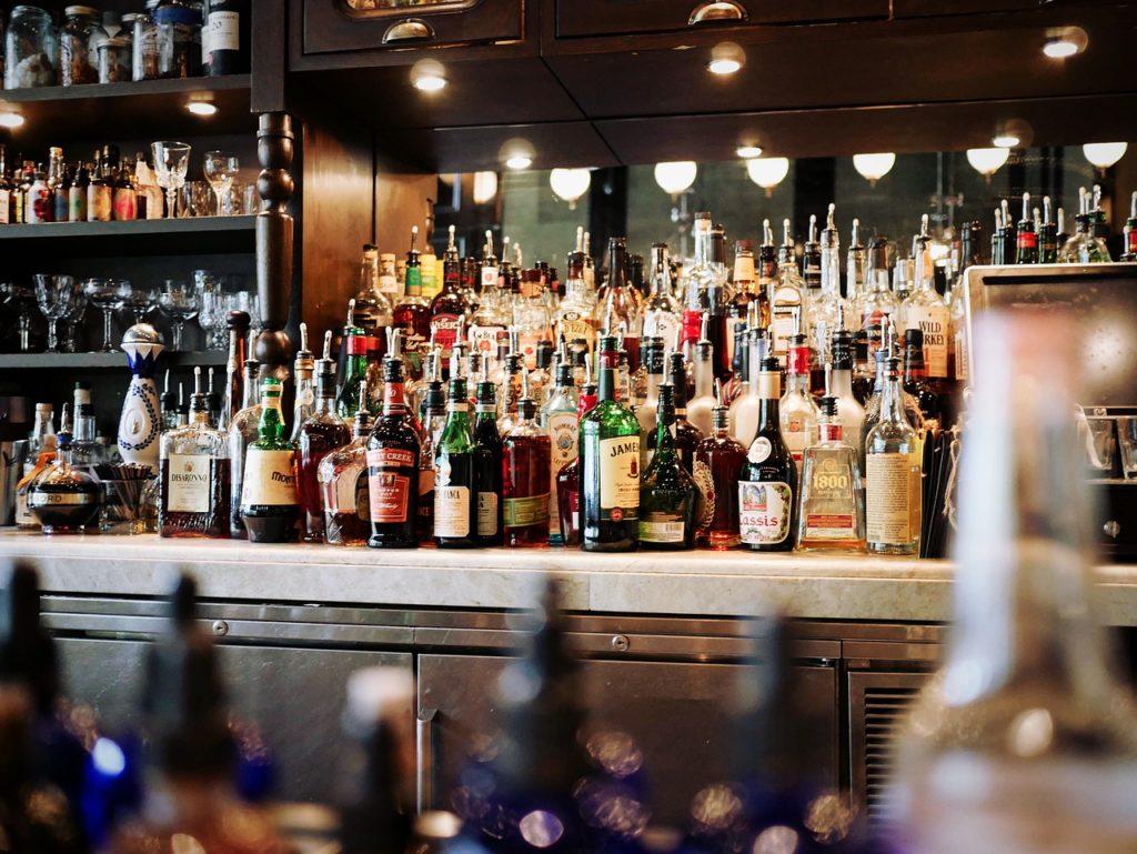 garrafas no bar