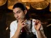 Bartender Rafael Welbert segurando colher bailarina