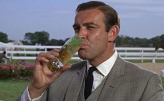 James Bond bebendo drink Mint Julep