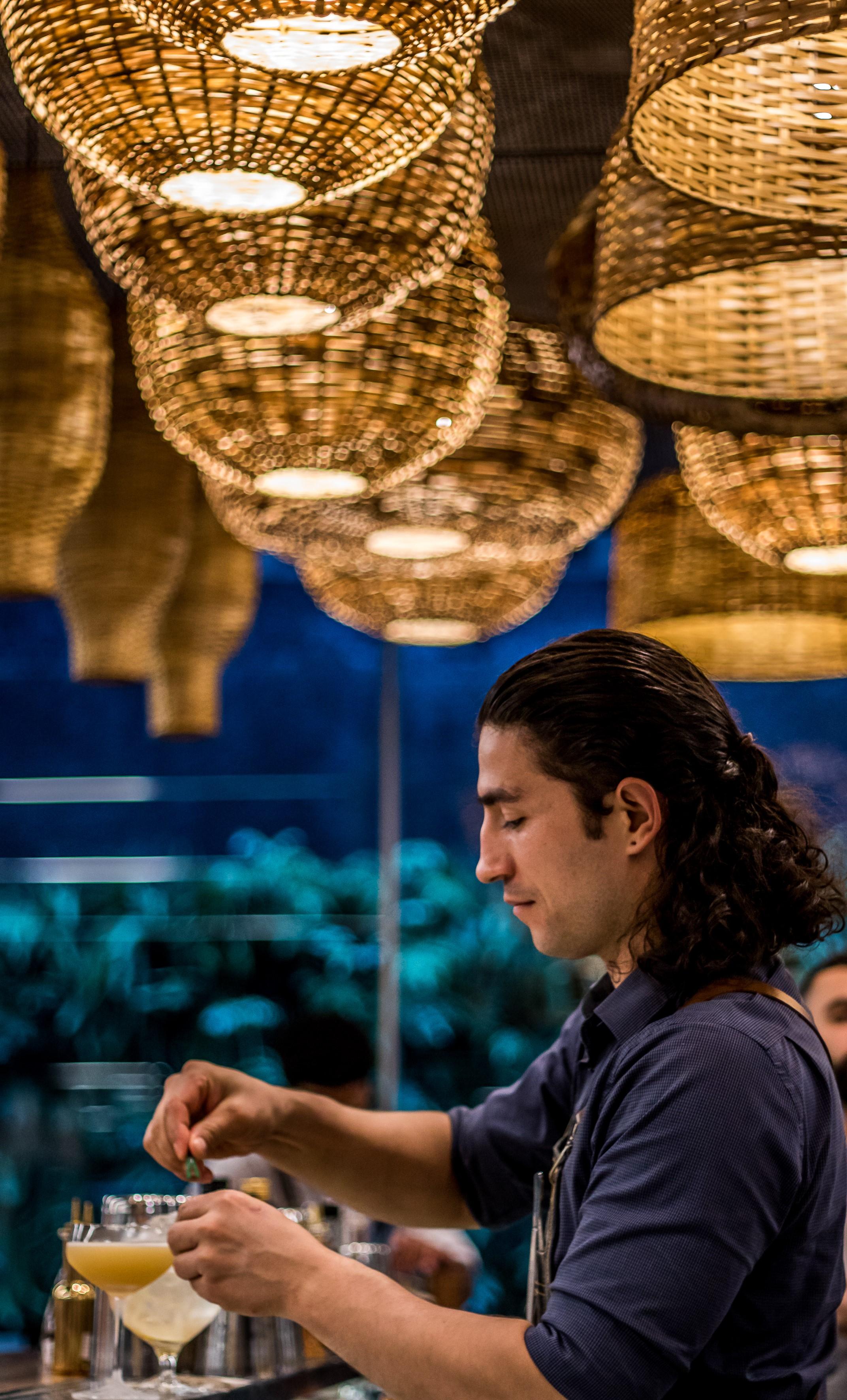 Bartender Rafael Welbert na barra do Balaio IMS em São Paulo