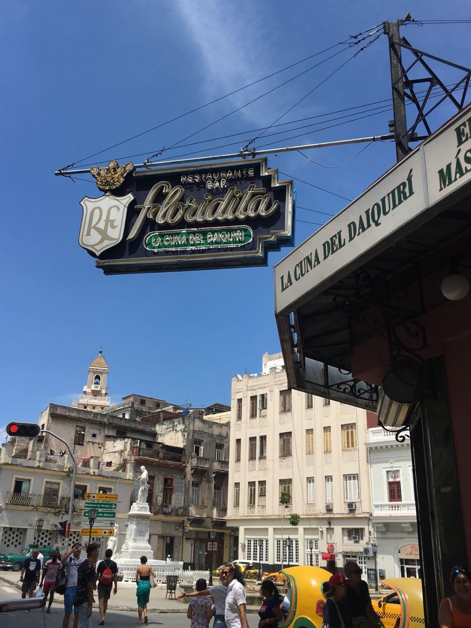 Esquina em Havana com a placa do bar Floridita