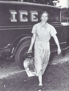 entregador transportando um grande bloco de gelo