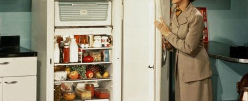 mulher abrindo geladeira antiga