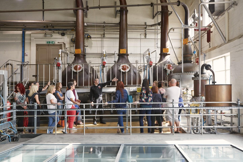 destilaria de beefeater gin vista por dentro