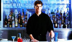 tom cruise atras do balcao no filme cocktail