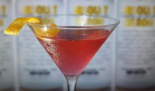drink cosmopolitan servido em cocktail glass com zest de laranja