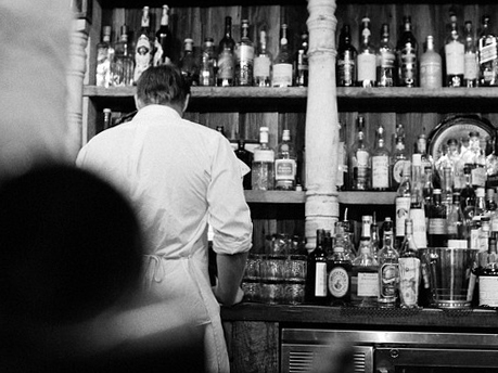 barman de costas no mise en place