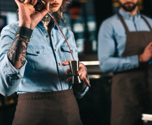 chefes de bar trabalhando
