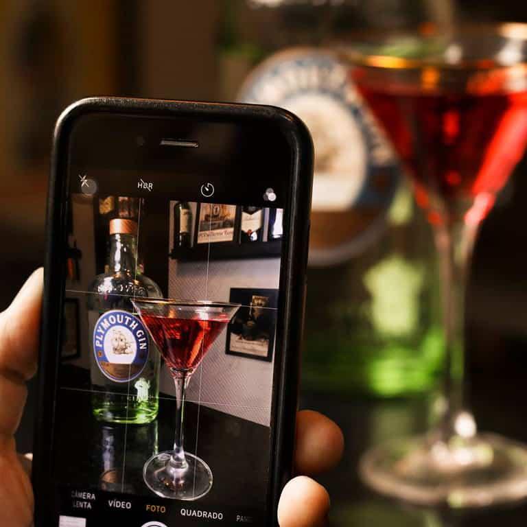 smarphone fotografando cocktail