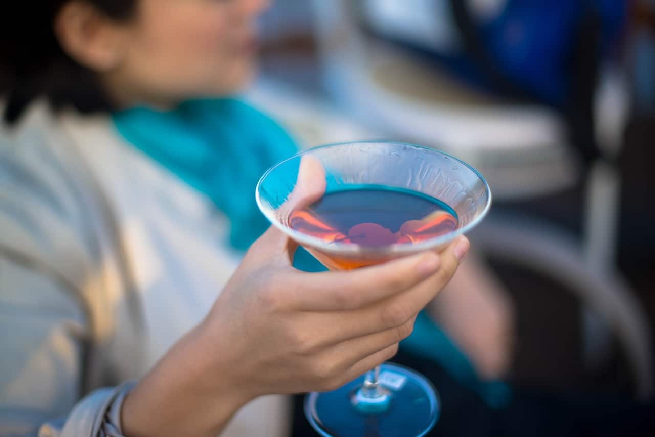 cliente segurando cocktail glass