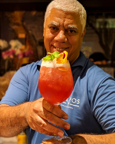 bartender moizes barros segurando drink no kylpos bar