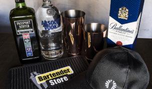 garrafa de passport scotch, garrafa de absolut vodka, coqueteleiras, garrafa de whisky ballantine's e boné