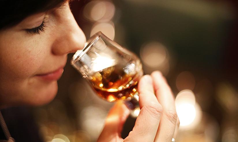 mulher degustando cocktail
