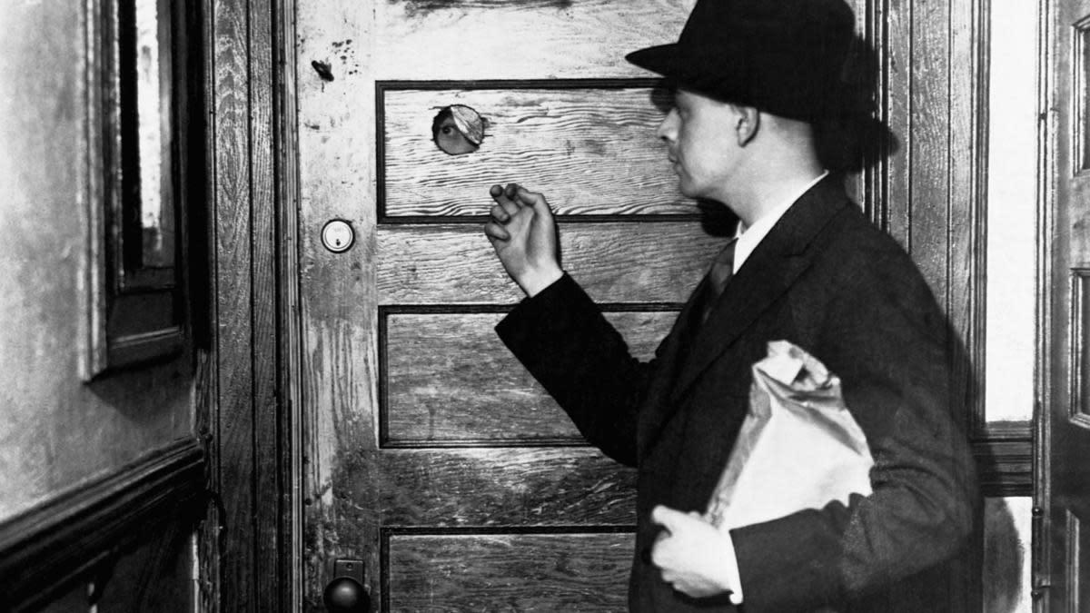 homem entrando em speakeasy durante a prohibition
