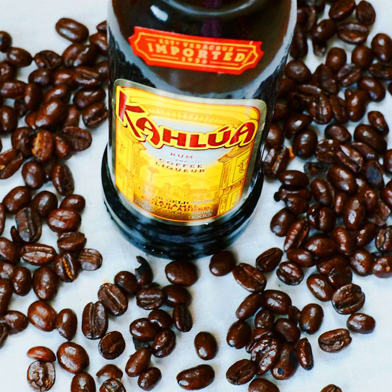 Garrafa de Kahlúa e grãos de café