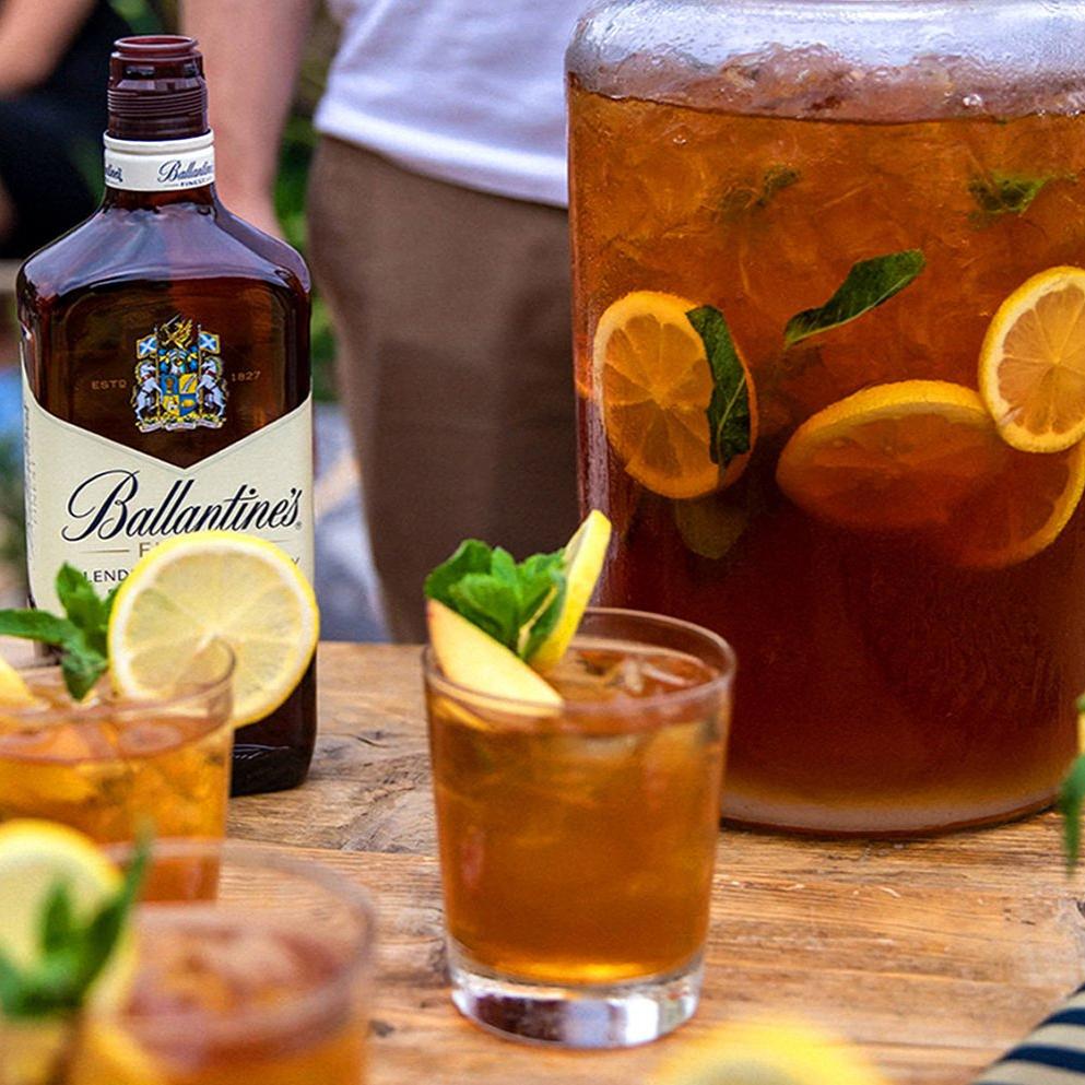 copos de punch com garrafa de whisky