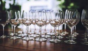 taças de cristal sobre a mesa