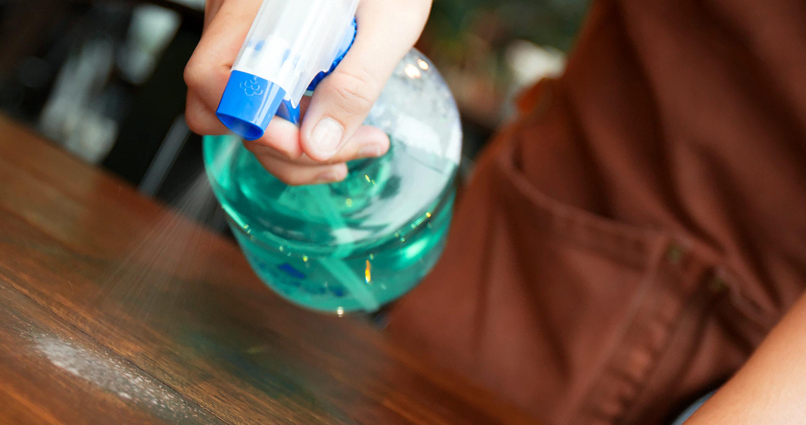 bartender limpando mesa para evitar o coronavírus
