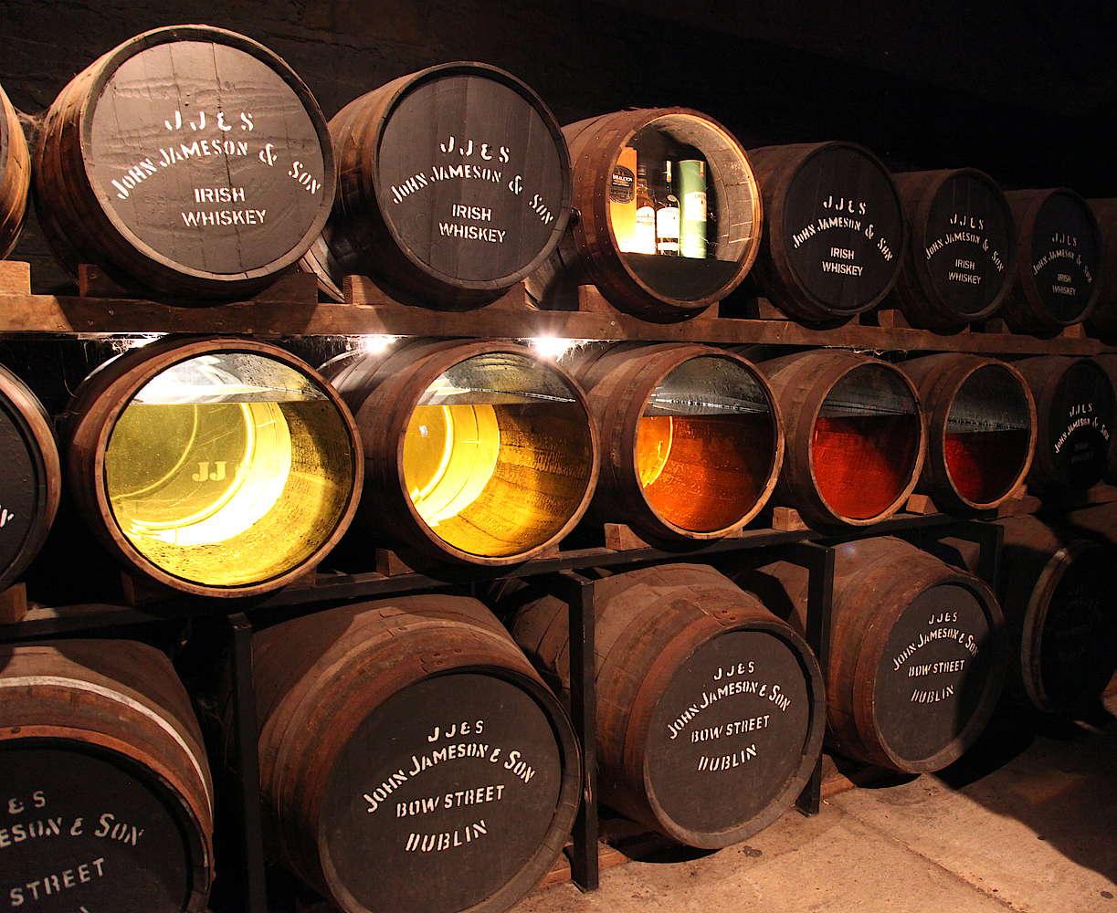 Vários barris com tonalidades de whisky diferentes em diferentes pontos de maturação