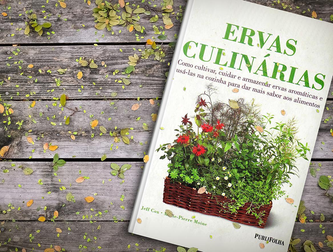 livro ervas culinárias sobre uma mesa de madeira