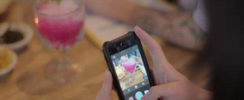 celular com perfis de coquetelaria