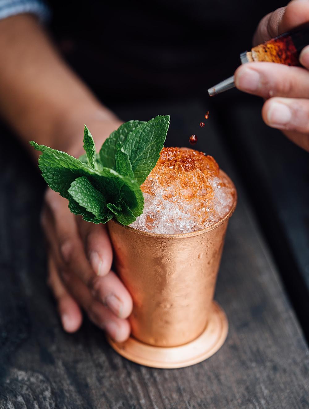 drink mint julep em caneca de cobre