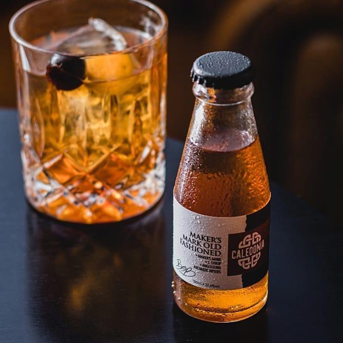 drink e garrafa de cocktail