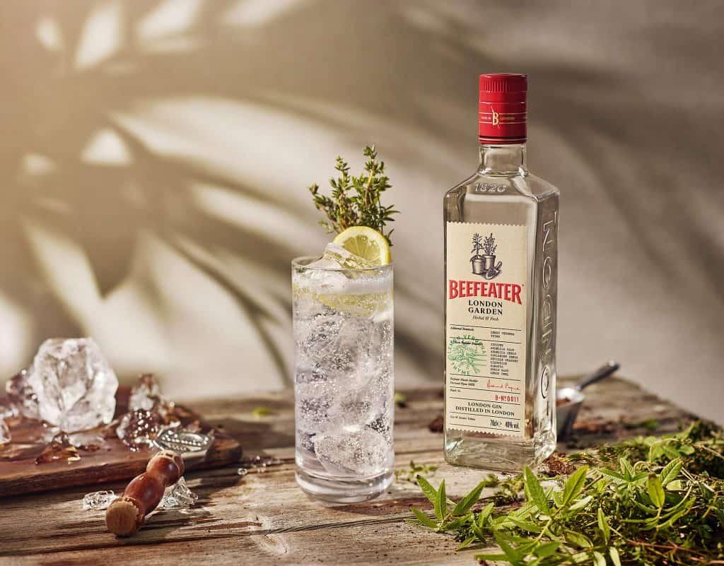 garrafa de beefeater london garden com cocktail em cima da mesa