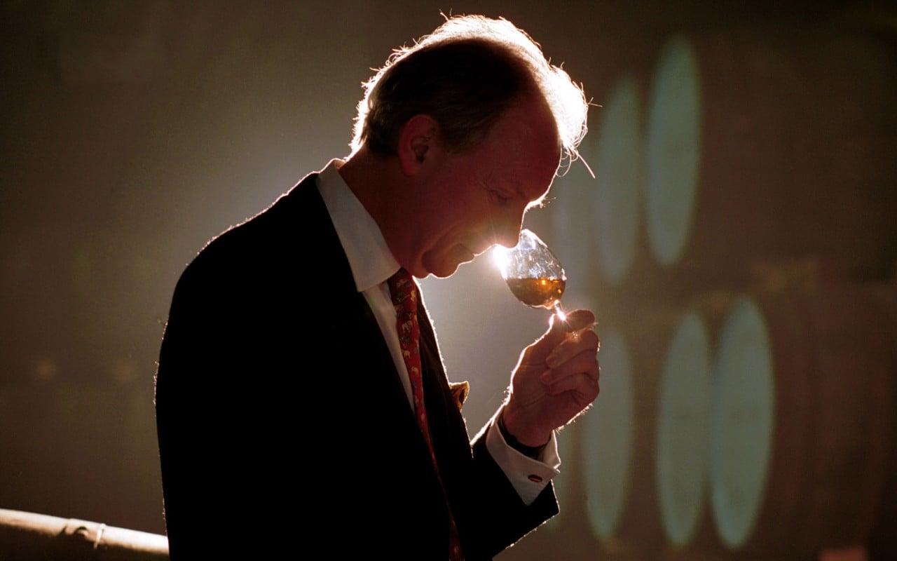 colin scott avaliando whisky