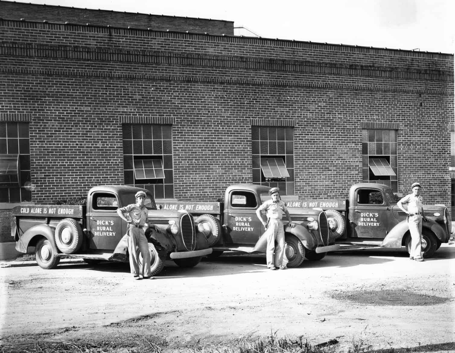 entregadores de gelo e seus caminhões