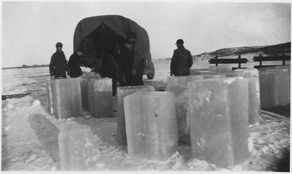 grandes cubos de gelo fora de um caminhão