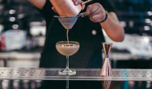 precificação de cocktails sendo preparado por bartender