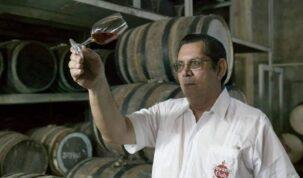 josé pablo navarro segurando taça de rum
