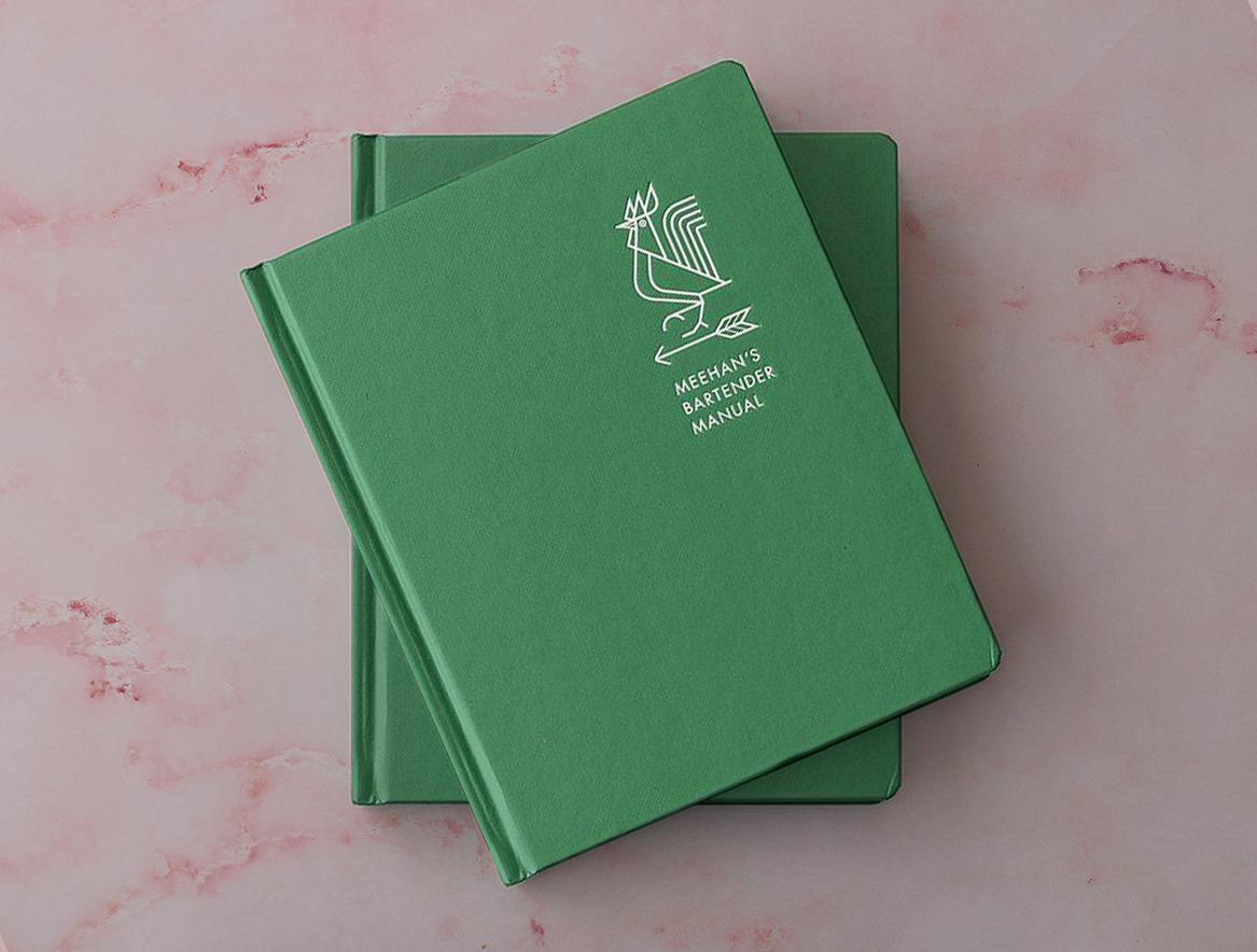 capa do livro meehan's bartender manual sobre a mesa