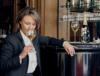 séverine frerson degustando taça de champagne perrier-jouet