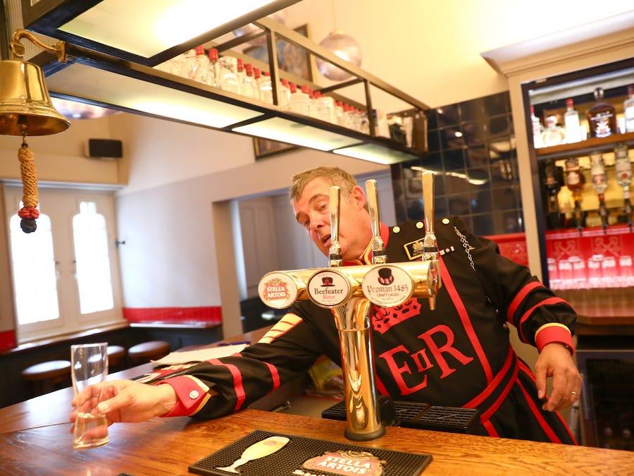 Guarda servindo copo no Yeoman Warders Club
