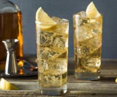 dois copos de drinks tipo highballs