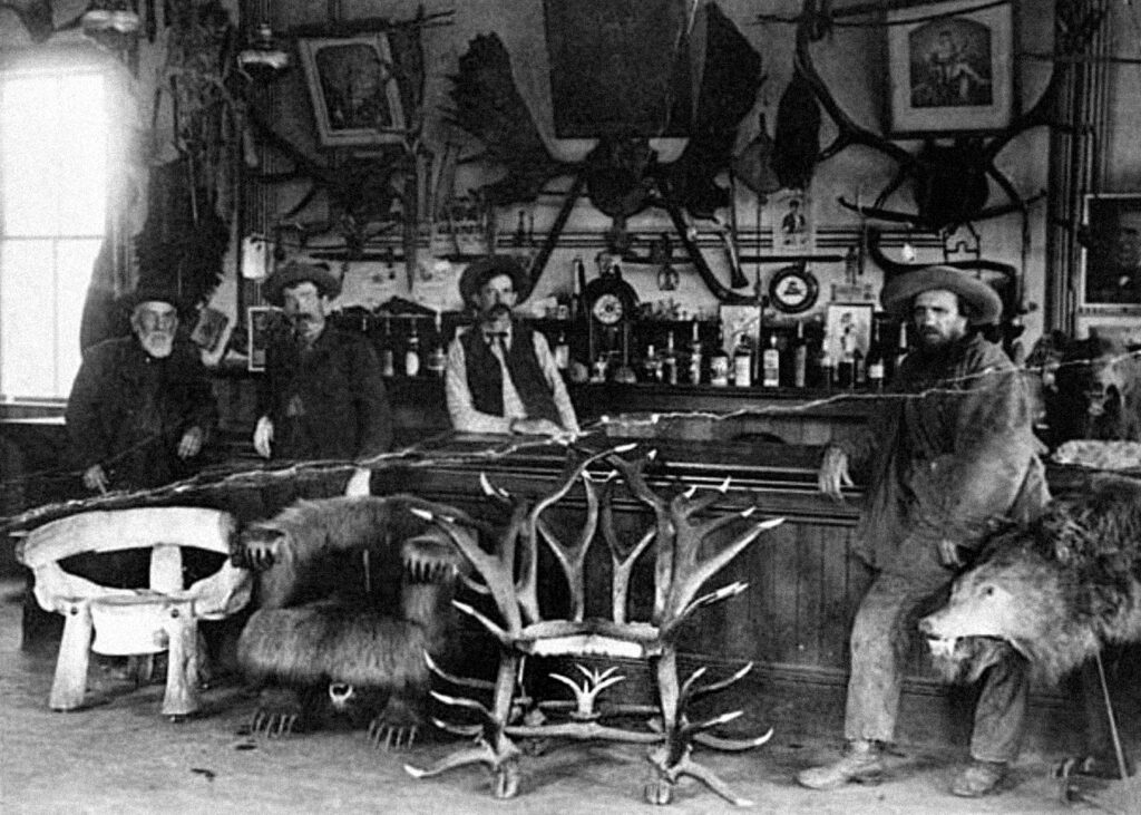 homens em saloon americano