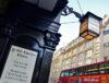 vista frontal de pubs londrinos