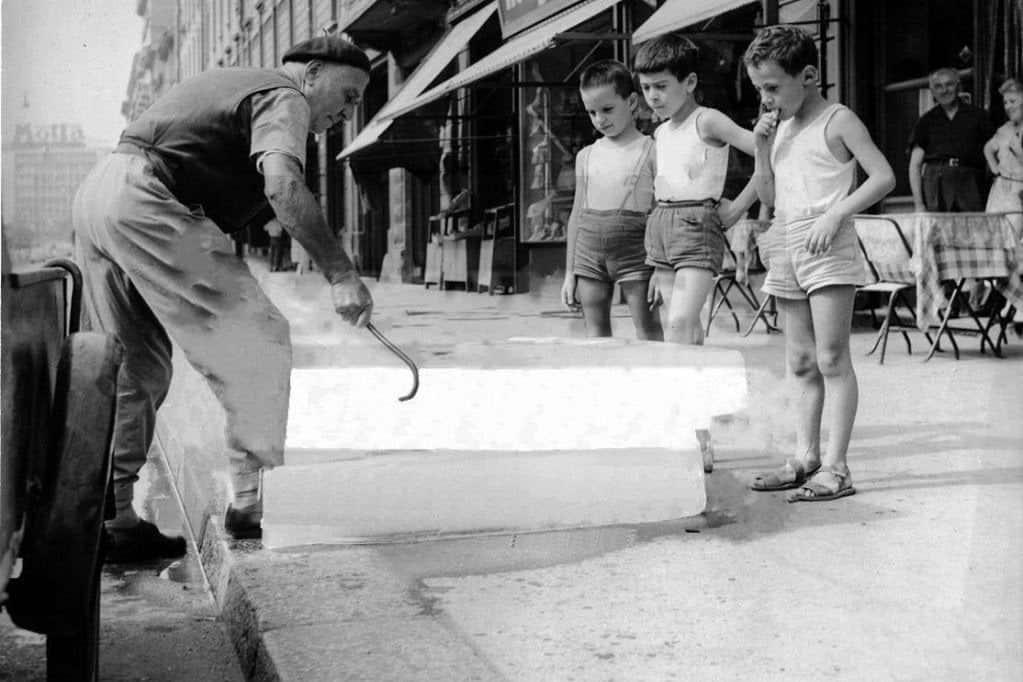 homem manipulando gelo em barra na calçada