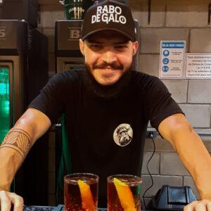 bartender thiago gadelha e dois negronis