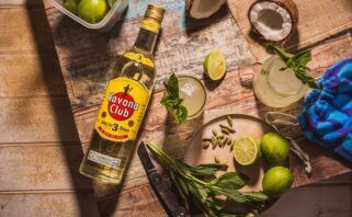 garrafa de rum de cuba sobre a mesa