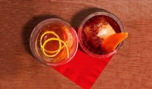 dois drinks em cima de um guardanapo
