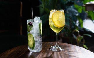 drinks com baixa graduação alcoólica sobre uma mesa